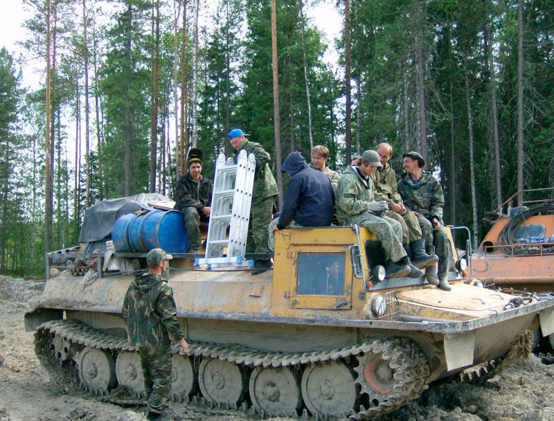 Монтажная бригада в Тайге на вездеходе